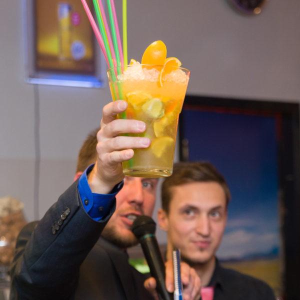 moderátor s drinkem, který jsme dražili