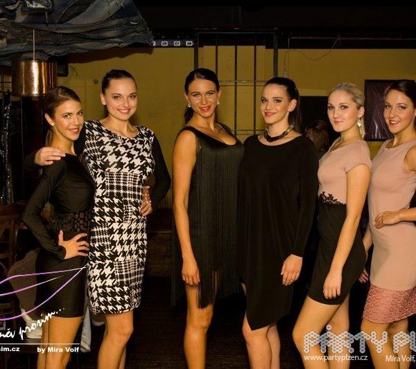 modelky ve večerních šatech od Zuzany Lešák Černé